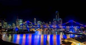 Brisbane-Stadtskyline und Geschichtenbrücke nachts lizenzfreie stockfotos