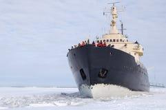 Brise-glace sur la mer figée images libres de droits