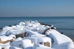 Brise-lames couvert de neige Image libre de droits