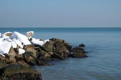 Brise-lames couvert de neige Photo stock