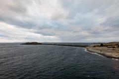 Brise-lames dans l'océan chez Arsvagen, Norvège Beau ciel nuageux photo stock
