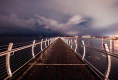 Brise-lames de point d'Ogden, longue exposition avec les nuages gris Image stock