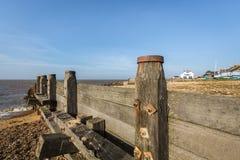 Brise-lames en bois, briseur de l'eau sur la plage de Whitstable, Kent, R-U Photographie stock