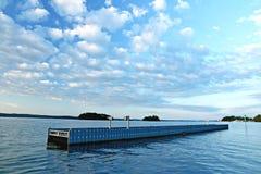 Brise-lames encadré par des nuages Photo libre de droits