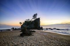 Brise-lames et beau paysage de vue de mer au-dessus de lever de soleil renversant images stock