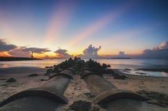Brise-lames et beau paysage de vue de mer au-dessus de lever de soleil renversant photos stock