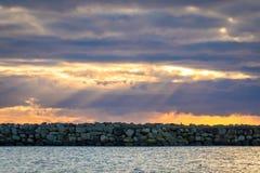 Brise-lames et ciel dramatique chez Lista en Norvège du sud Images stock