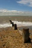 Brise-lames et revêtements d'érosion côtière sur un Pebble Beach sur la côte sud de l'Angleterre image libre de droits