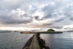 Brise-lames pierreux en mer Docks, ports et lagunes de bordure de brise-lames Concept de fonction de brise-lames brise-lames image libre de droits