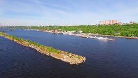 Brise-lames sur la rivière banque de vidéos