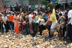 Brisement de noix de coco image libre de droits