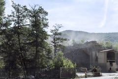 Briseur en pierre au pied d'une montagne de poussière minérale dans le processus de fabrication Image libre de droits