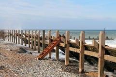 Briseurs sur la plage avec Rusty Ladder Image libre de droits
