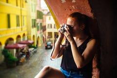 Brisighella, Ιταλία στις 21 Ιουλίου 2018: Ένα κορίτσι πυροβολεί με μια αναλογική κάμερα στοκ φωτογραφίες