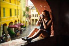 Brisighella, Ιταλία στις 21 Ιουλίου 2018: Ένα κορίτσι πυροβολεί με μια αναλογική κάμερα στοκ φωτογραφία