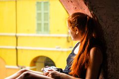Brisighella, Ιταλία στις 21 Ιουλίου 2018: Ένα κορίτσι πυροβολεί με μια αναλογική κάμερα στοκ εικόνα