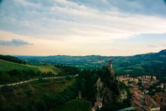 Brisighella, Italië 21 Juli 2018: De beroemde torenklok van Brisighella en het platteland Stock Foto