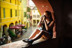 Brisighella, Italië 21 Juli 2018: Een Meisje schiet met een analoge camera Stock Fotografie