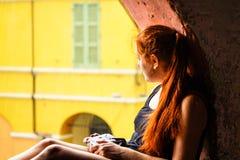 Brisighella, Italië 21 Juli 2018: Een Meisje schiet met een analoge camera Stock Afbeelding