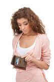 Brist av pengar. Frustrerade unga kvinnor som ser hennes tomma handväska Arkivfoto