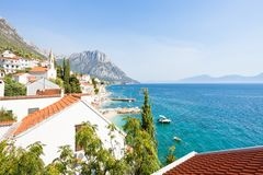 Brist, Dalmatië, Kroatië - Vooruitzicht op de mooie baai van Brist royalty-vrije stock foto's