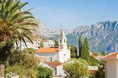 Brist, Dalmatien, Kroatien - Kirche von Brist vor den Bergen stockfotos