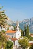 Brist, Dalmatien, Kroatien - Kirchturm von Brist vor den Bergen lizenzfreie stockfotografie