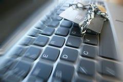 Bristning för Cybersäkerhetszoom med kreditkorten som slås in med kedjan & låset på datortangentbordet Royaltyfria Foton