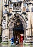 Bristol Cathedral Entrance North Porch religiöst symbolkors arkivfoto