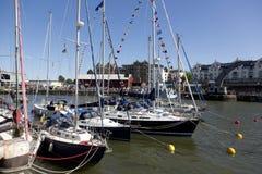 BRISTOL ENGLAND - JULI 19: yachter på den Bristol harboursidefen royaltyfri fotografi