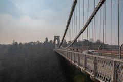 Bristol-Hängebrücke über den sichtbaren Strahlen und den Autos Fluss Avons stockfotografie