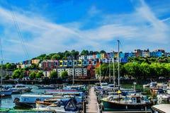 Bristol Marina med att bedöva himmel och färgglade hus arkivbild