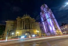 Bristol Museum och Art Gallery bredvid minnes- byggnad för Wills förbi royaltyfria bilder