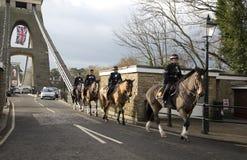 BRISTOL, REGNO UNITO - 18 DICEMBRE: Polizia montata che attraversa il ponte sospeso di Cifton il 18 dicembre 2014 in Bristol, Reg Immagine Stock Libera da Diritti