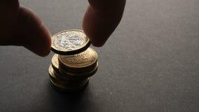 Británicos constructivos una pila de la moneda de la libra esterlina almacen de metraje de vídeo