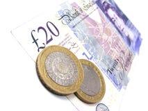 Británicos nota de 20 libras con 2 monedas de libra Foto de archivo