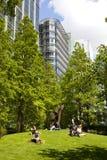 Británicos que se enfrían para arriba en parque verde Imagen de archivo
