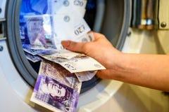 Británicos Sterling Pounds Notes Taken Out de la lavadora Concepto del blanqueo de dinero imagenes de archivo