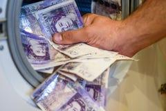 Británicos Sterling Pounds Notes Taken Out de la lavadora Concepto del blanqueo de dinero Fotos de archivo
