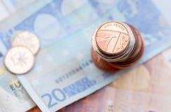Británicos un moneda del penique y billete del euro 20 Imágenes de archivo libres de regalías