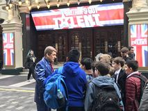 Britain's Got Talent auditions London. LONDON, UK. 28/01/2018. Mr Zed & x28;the Robotic Comic& x29; talking to young contestants outside the Britain stock photos