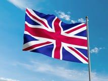 Britannici inbandierano l'ondeggiamento in cielo blu Immagini Stock Libere da Diritti