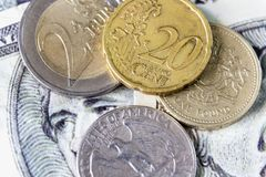 Britannici una moneta di sterlina e moneta del dollaro quarto disposta sul dollaro Fotografia Stock