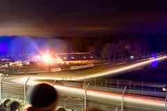Britcar dans le chemin de nuit aux marques hachent photographie stock