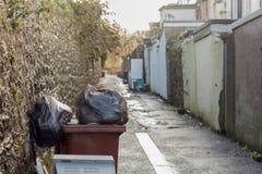Briten Backstreet With Waste Bins Lizenzfreies Stockfoto