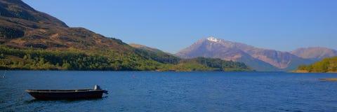 Britische Ansicht loch-Leven Lochaber Geopark Scotlands zu Schlucht coe in den schottischen Hochländern mit Bootspanorama Lizenzfreies Stockfoto