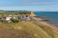 Britische Ansicht Westbucht-Dorsets östlich zur Juraküste an einem schönen Sommertag mit blauem Himmel Lizenzfreies Stockfoto