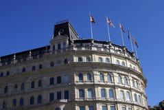 Britische Architektur verziert mit Union Jack-Flaggen Stockbild