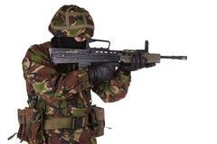 Britische Armee-Soldat in den Tarnungsuniformen Stockfoto
