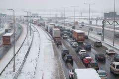 Britische Autobahn M1 während des Schneesturms Stockbilder